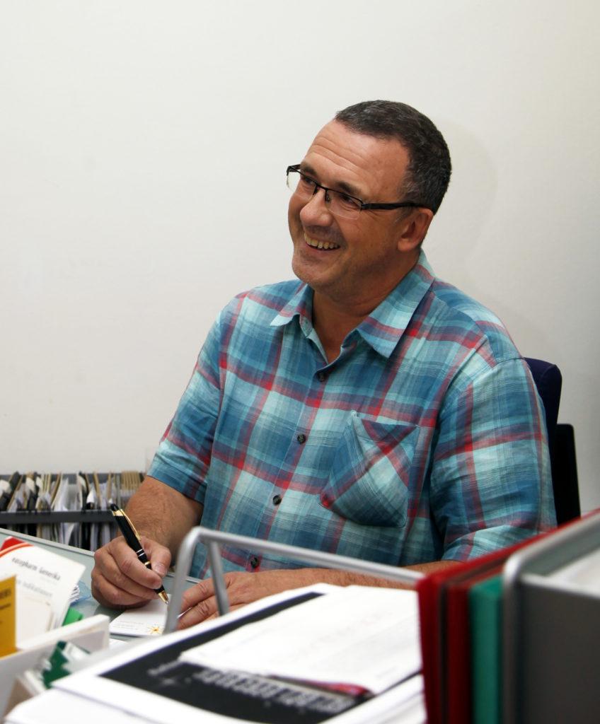 Dr. Christian Otrel am Schreibtisch